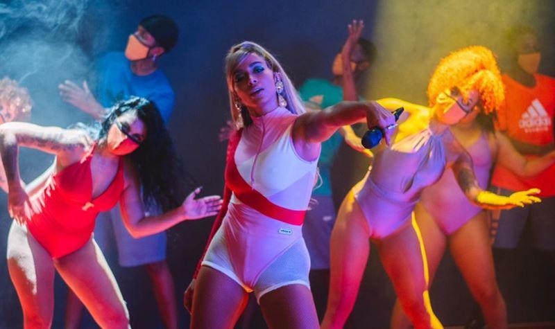 Anitta volta a parar a internet