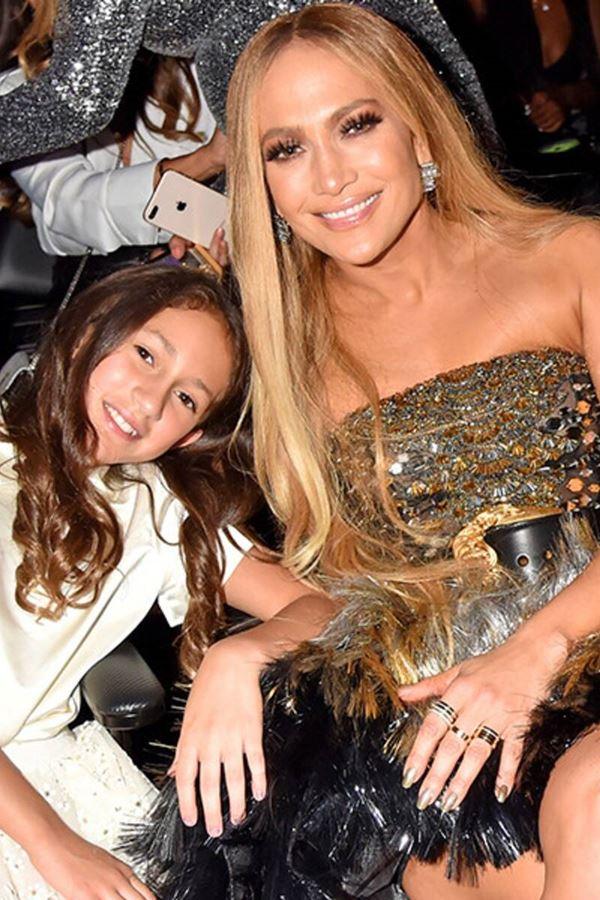 """J-Lo """"super babada"""" com livro da filha"""