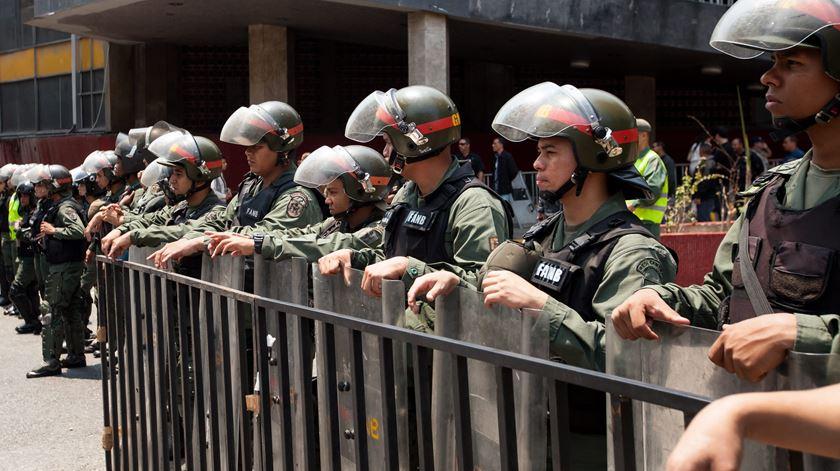 As Forças Armadas guardam o Conselho Nacional Eleitoral, em Caracas. A 12 de Abril, a oposição entregou neste no CNE duas mil assinaturas para iniciar um referendo que possa pôr fim ao mandato de Maduro. Foto: Miguel Gutiérrez/EPA