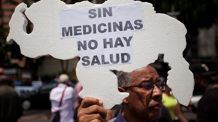 """""""Não há saúde sem medicamentos"""", lia-se num cartaz numa manifestação, em Caracas, esta quarta-feira. Foto: Miguel Gutiérrez/EPA"""