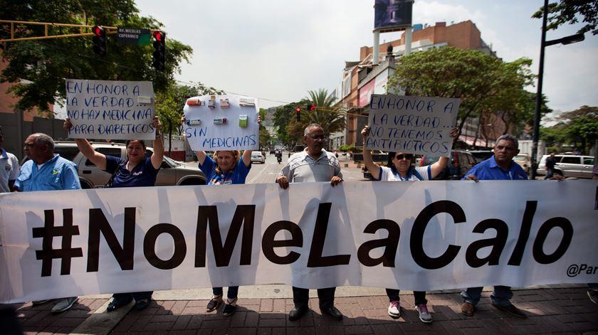 Os médicos saíram para as ruas de Caracas esta semana para protestar contra a falta de medicamentos. Uma manifestação entre tantas outras. Foto: Miguel Gutiérrez/EPA