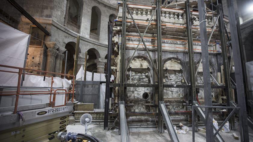 Trabalhos junto ao túmulo de Jesus. Foto: Atef Safadi/EPA