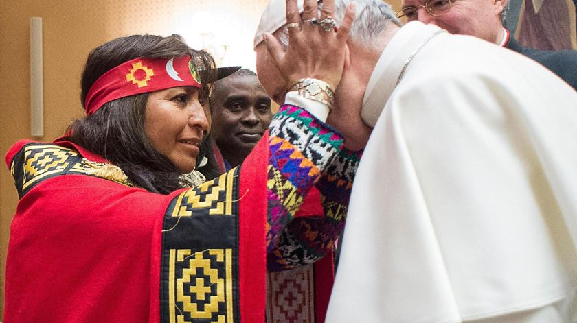 Papa Francisco com tribos indígenas. Foto: EPA/OSSERVATORE ROMANO