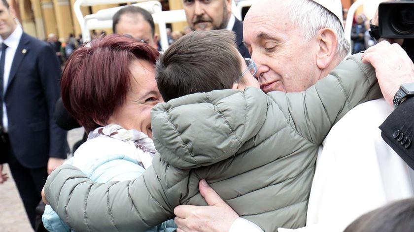Francisco convive com os fiés na Praça dos Mártires. Foto: Serena Campanini/EPA