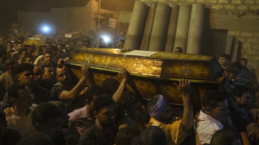 Cristãos coptas enterram os seus mortos depois de um ataque a peregrinos em Minya. Foto: Mohamed Hossam/EPA