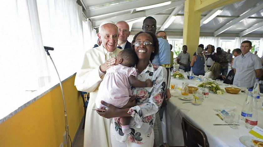 Papa em almoço solidário. Foto: Osservatore Romano/EPA