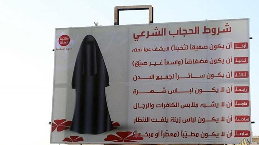 Cartaz em Sirte, na Líbia, com regras de vestuário para mulheres. Foto: Human Rights Watch