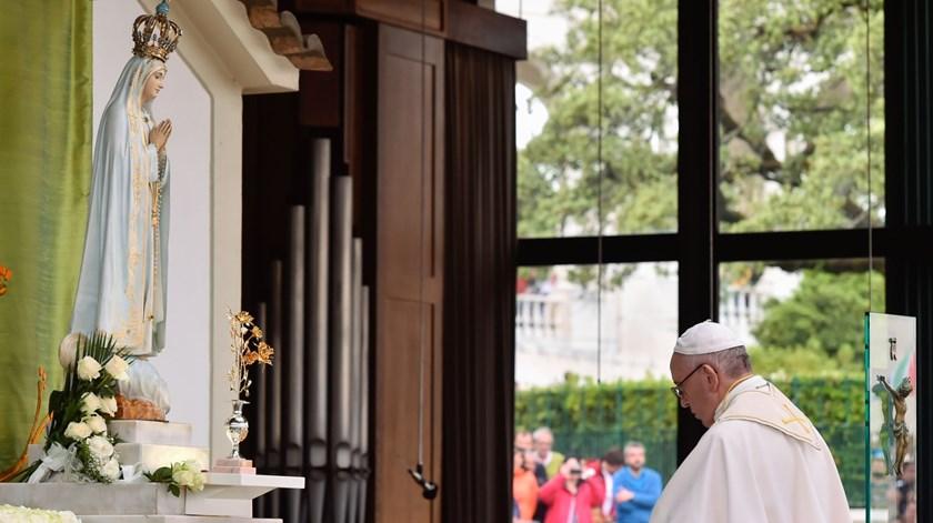 """Papa reza na Capelinha das Aparições: """"Seremos a Igreja vestida de branco"""""""