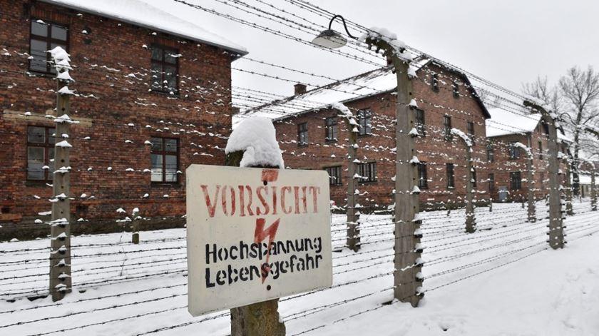 Museu denuncia Amazon por vender artigos de Natal com imagens de Auschwitz