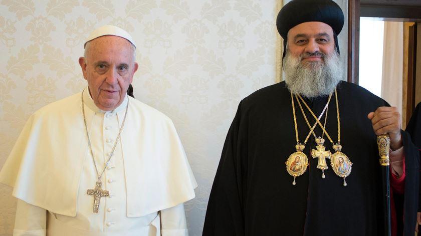 O patriarca Mor Inácio Aphrem II, aqui em visita ao Papa Francisco, escapou ileso a uma tentativa de assassinato. Foto: Epa/Osservatore Romano