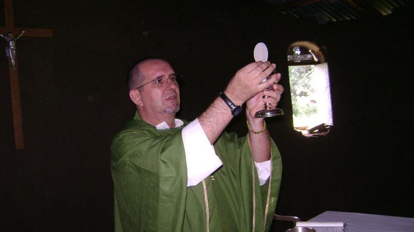 O padre José Vieira a celebrar missa no Sudão do Sul. Foto: Sandra Amado