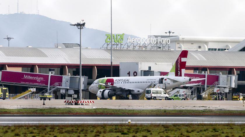Coronavírus. Passageiros de avião proveniente de Portugal suspeitos de infeção