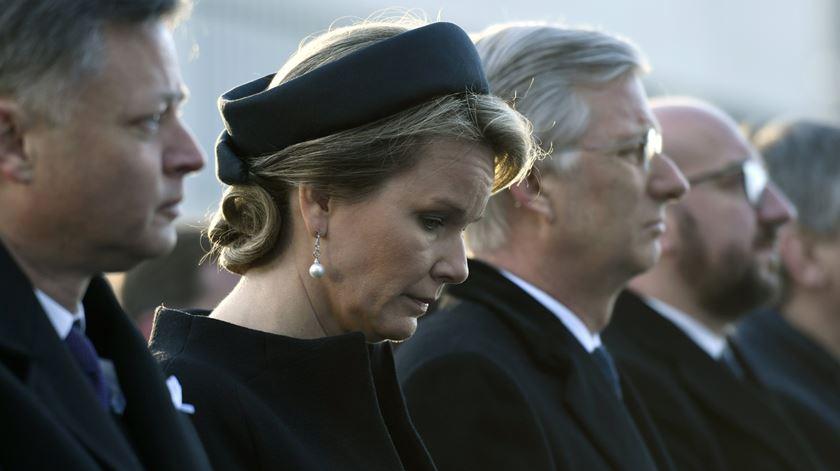 Mathilde, Philippe e Charles Michel, primeiro-ministro, no aeroporto de Zaventem. Foto: Didier Lebrun/EPA