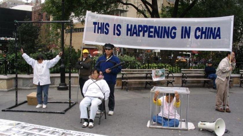 Membros do grupo Falun Gong protestam contra o Governo chinês pela falta de liberdade religiosa. Foto: DR