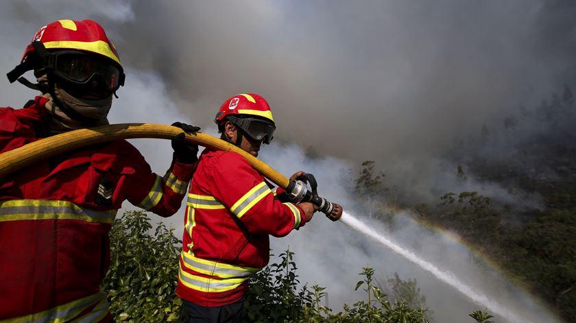 """""""Juntos pelos Bombeiros"""". Figuras públicas juntam-se aos operacionais nos elogios à iniciativa"""