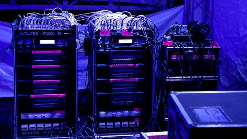 Muitos cabos, ligações e tecnologia