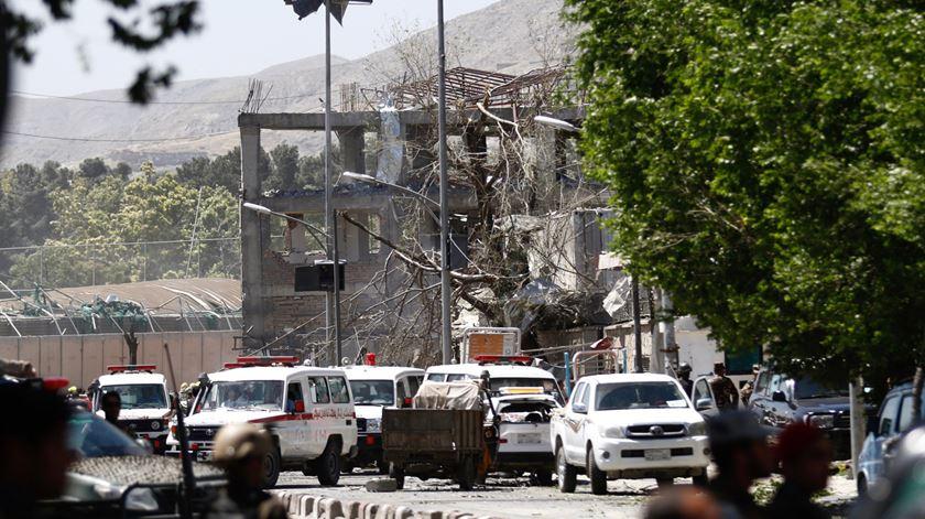 A bomba colocada numa zona de embaixadas causou muitos estragos. Foto: Hedayatulaah Amid/EPA