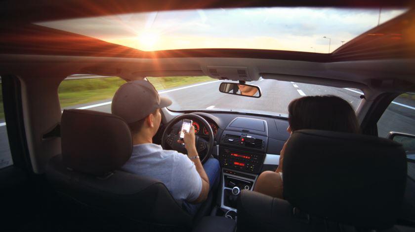 Multas mais pesadas para quem usar o telemóvel ao volante