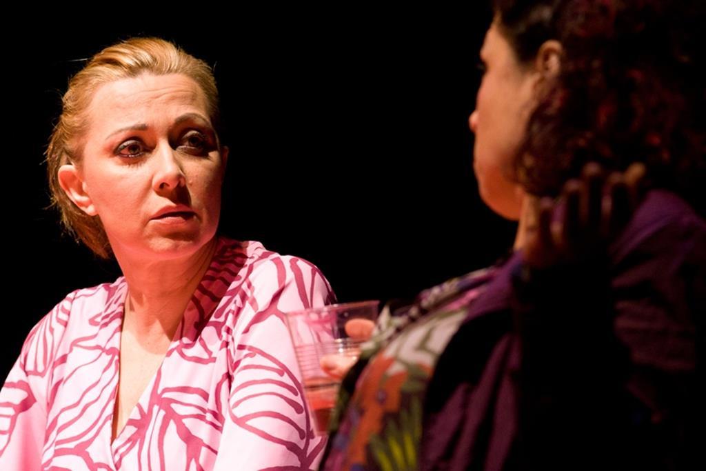 """Atriz durante a peça """"Boas Pessoas"""". Foto: Clementina Cabral"""