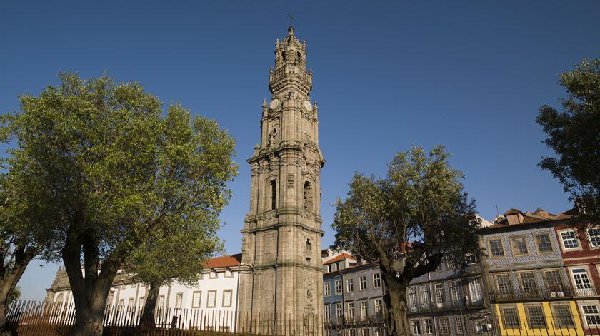 Porto. Irmandade dos Clérigos oferece máscara a visitantes desprevenidos