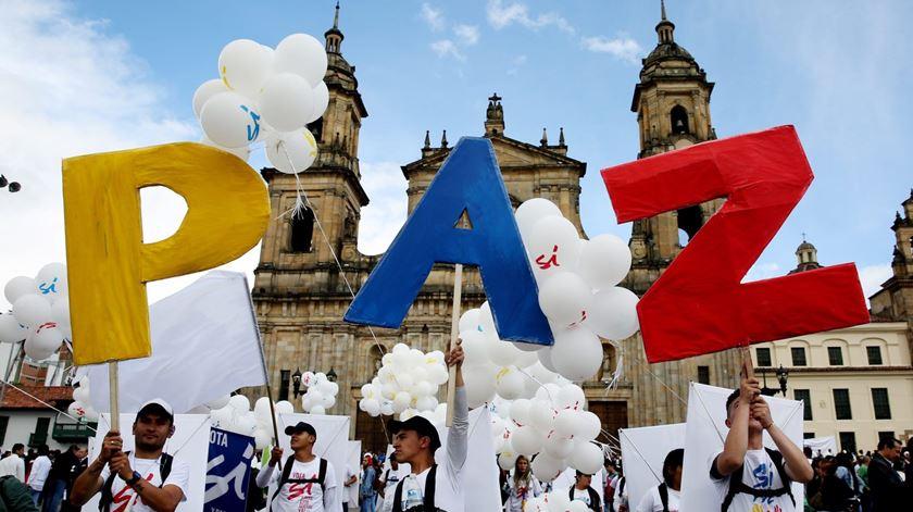 Colõmbianos assinalam o fim da guerra com as FARC. Foto: Leonardo Munoz/EPA (Colômbia)