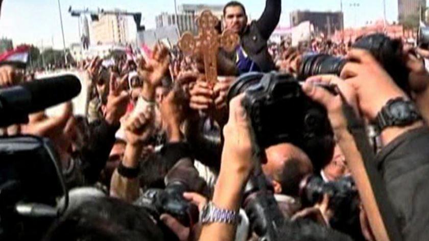 Cristãos coptas choram os seus mortos após mais um ataque. Foto: DR [arquivo]
