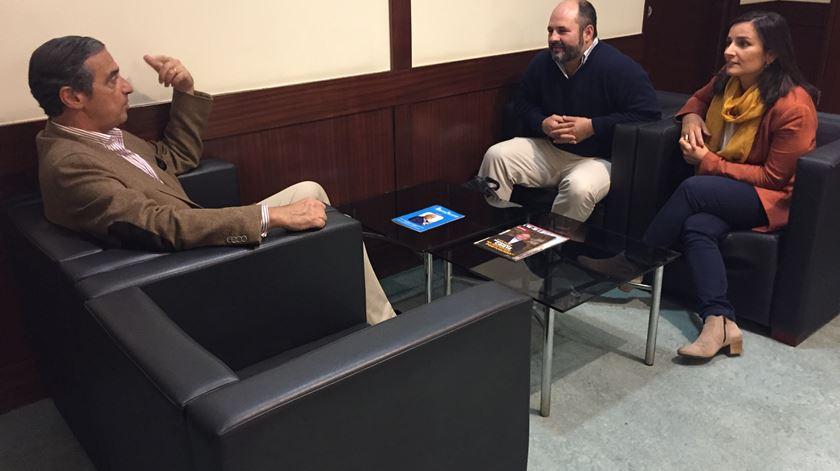 José Manuel Seruya conversa com Nuno e Mafalda Frazão sobre a preparação para o casamento. Foto: RR