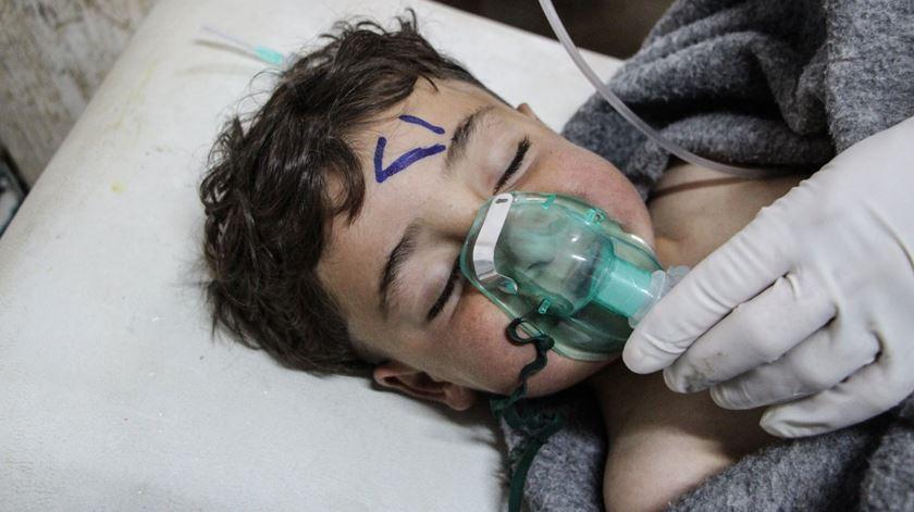 Criança tratada por exposição a armas químicas na Síria. Foto: EPA