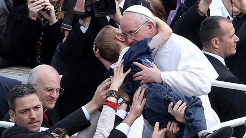 O Papa Francisco abraça uma criança deficiente em Roma. Foto: DR