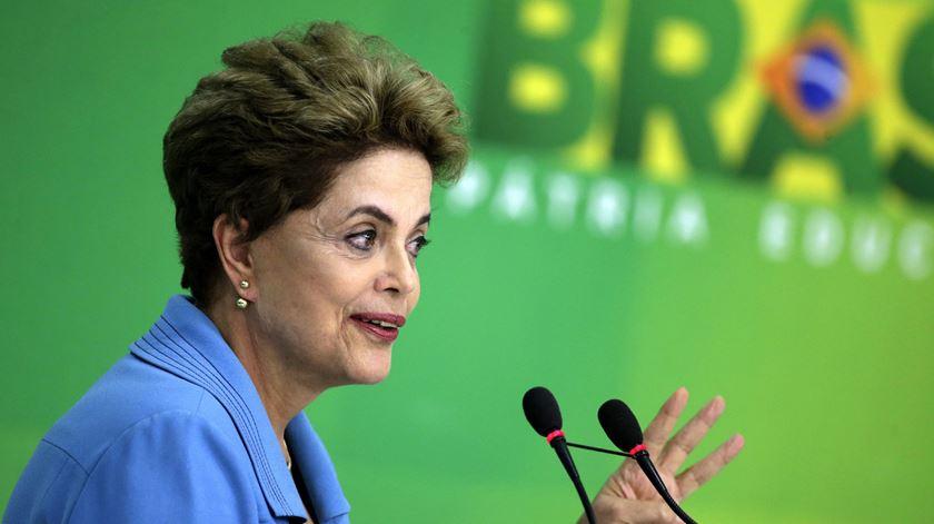 "Dilma sente-se ""injustiçada"" por ""impeachment"" sem base legal"
