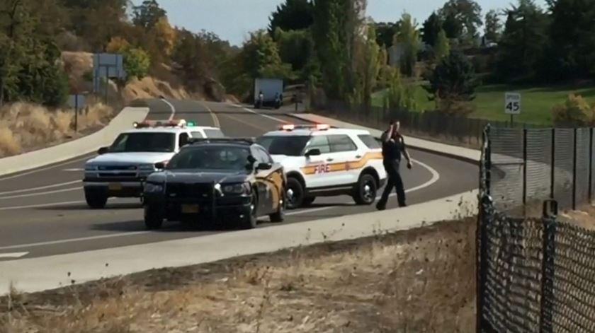 Autoridades chegam ao local do tiroteio, no Oregon. Foto: EPA