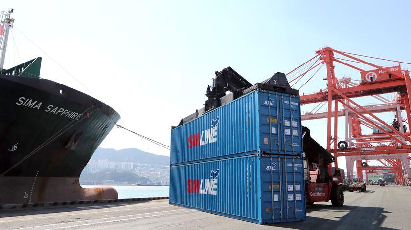 Compras e vendas ao exterior caem 40% em maio