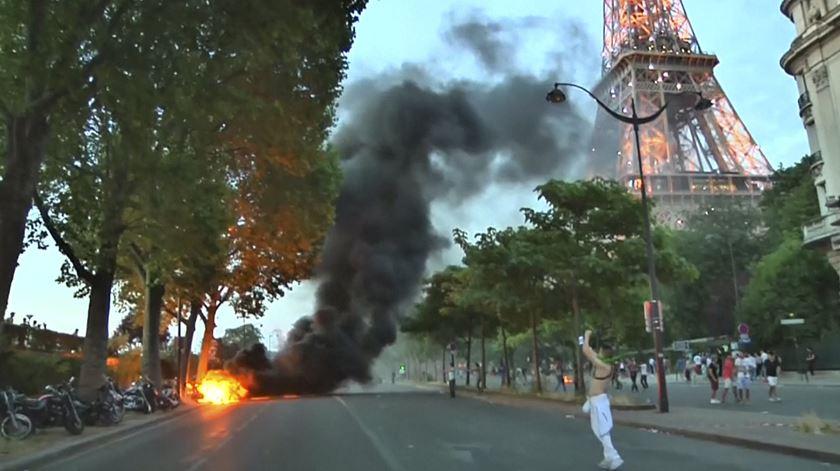 """Adeptos incendeiam scooters à porta da """"fan zone"""" de Paris"""