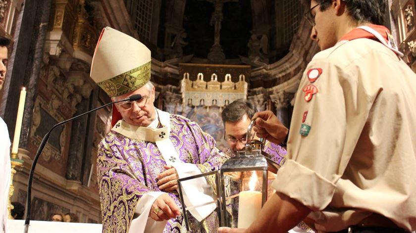 D. José Alves acende a luz da paz. Foto: Diocese de Évora