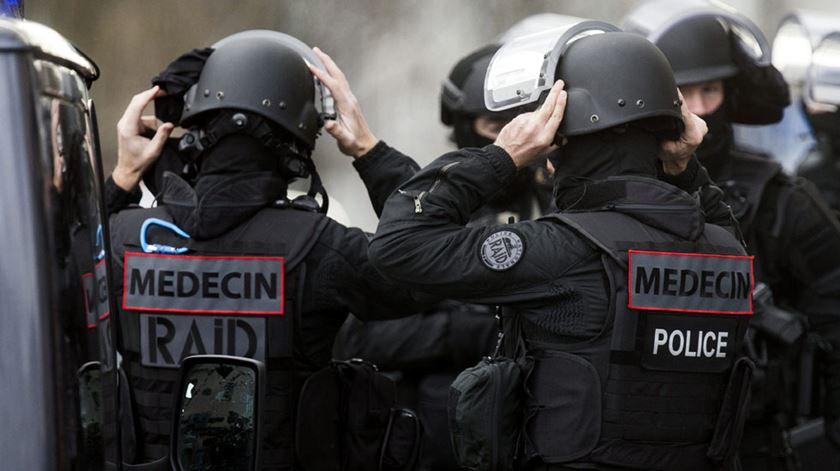Um homem matou um polícia a 50 quilómetros de Paris.Foto: Ian Langsdon/EPA (Arquivo)