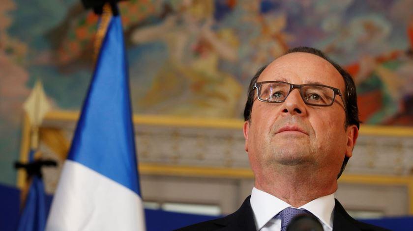França oficializa prolongamento do estado de emergência
