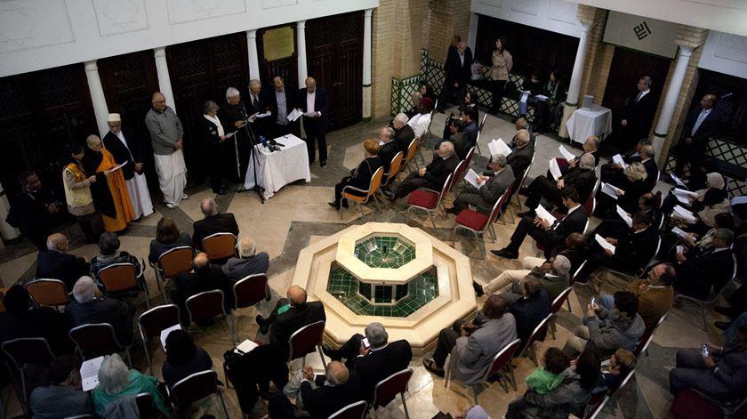 Membros de diferentes religiões participam num encontro na Mesquita Central de Lisboa. Foto: Joana Bourgard/RR