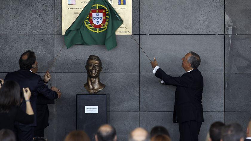 Marcelo descerra a placa de homenagem. Foto: Homem de Gouveia/Lusa