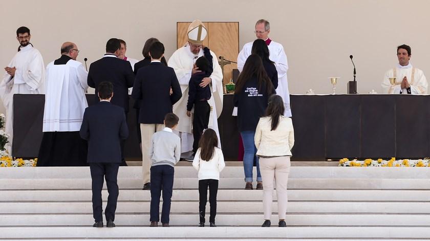 O Papa Francisco abraça Lucas, a criança brasileira curada por intercessão de Jacinta e Francisco. Foto: José Sena Goulão/Lusa