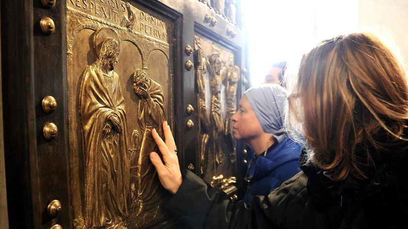Porta Santa aberta pelo Papa no Vaticano. Foto: EPA