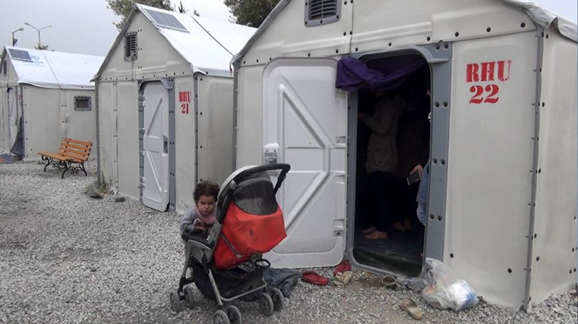 """A nova """"casa"""" de Noura e Mizgin no campo de Kara Tepe, Lesbos"""