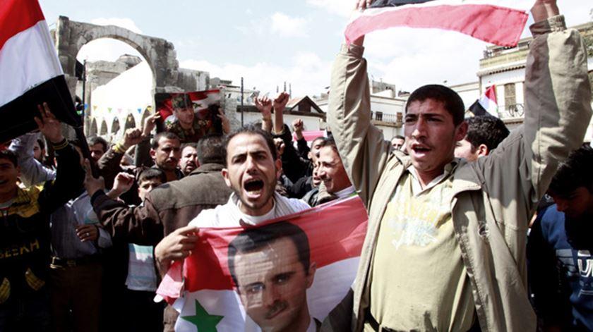 Ao fim de cinco anos os sírios querem a paz, mas grupos armados estão longe do entendimento. Foto: DR