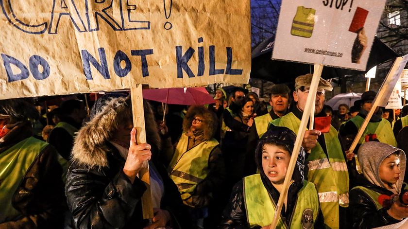 Uma manifestação contra a legalização da eutanásia para crianças, na Bélgica, em 2014. Foto: Julien Warnand/EPA