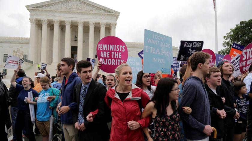 Manifestantes pró e contra o aborto, junto ao Supremo, esta segunda-feira. Foto: Andrew Gombert/EPA