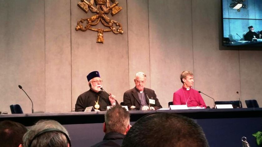 O Metropolita Stephanos e o bispo Tim Thornton no sínodo para a familia. Foto: Twitter