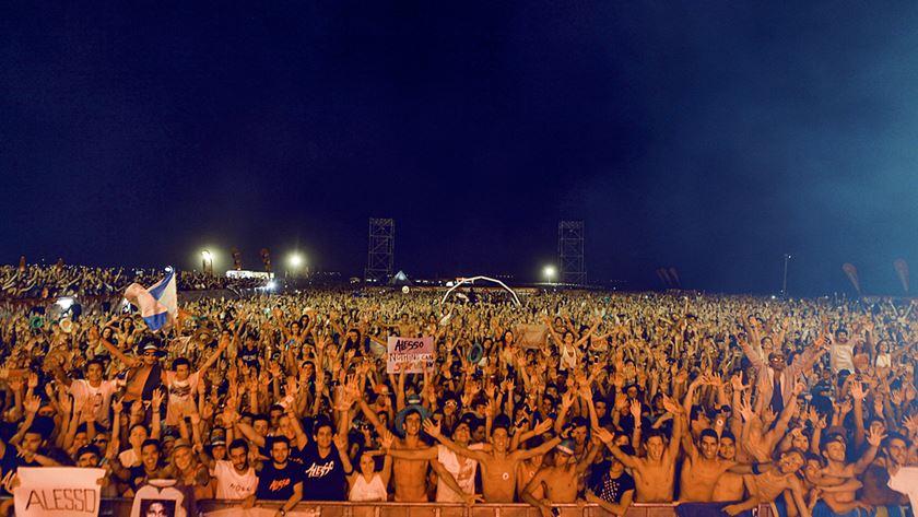Uma multidão à noite