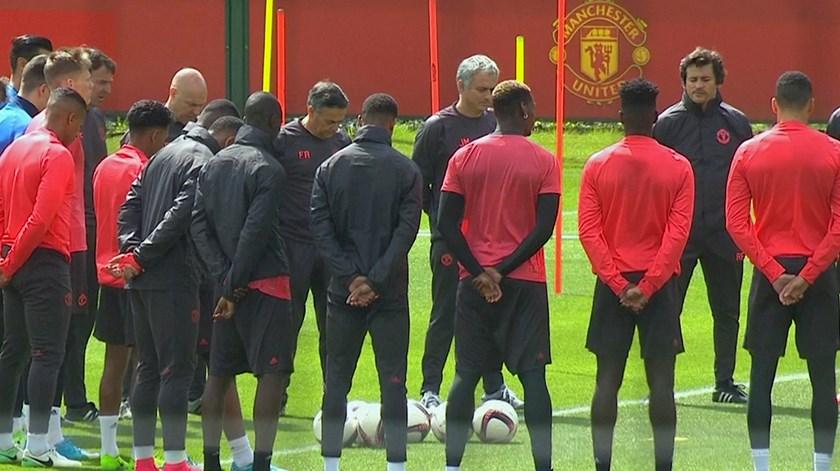 United de Mourinho cumpre minuto de silêncio em memória das vítimas do atentado de Manchester