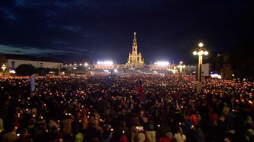 Francisco mergulha numa multidão de luz