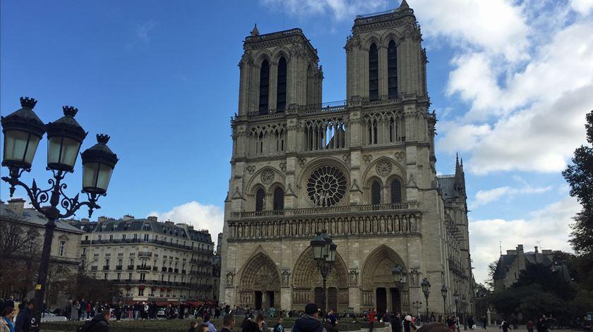 Reconstruir ou reinventar a catedral de Notre Dame? Conheça algumas propostas