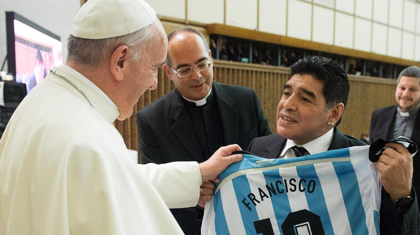Papa Francisco com o herói do futebol argentino Diego Maradona, a receber a camisola da selecção